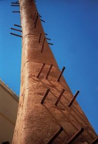 Minareto di terra, terracotta e legno, h. cm 300